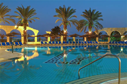 """הבריכה במלון דניאל ים המלח. צילום: יח""""צ"""